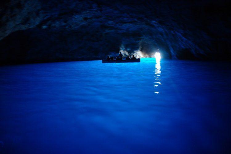 グラマラスヴォヤージュはナポリ沖合かプリ島の青の洞窟のプロフェッショナル名古屋グラージュ株式会社