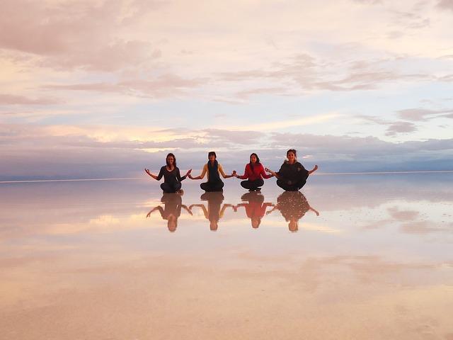 ウユニ塩湖の鏡の湖面がシンメトリー