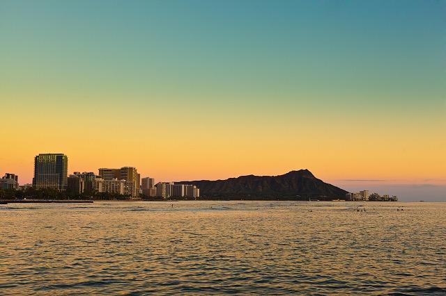 ワイキキビーチ沿いのハワイアンデラックスなホテル「アウトリガー・リーフ・ワイキキ・ビーチ・リゾート」に『ザ・リーフ バー&マーケットグリル』