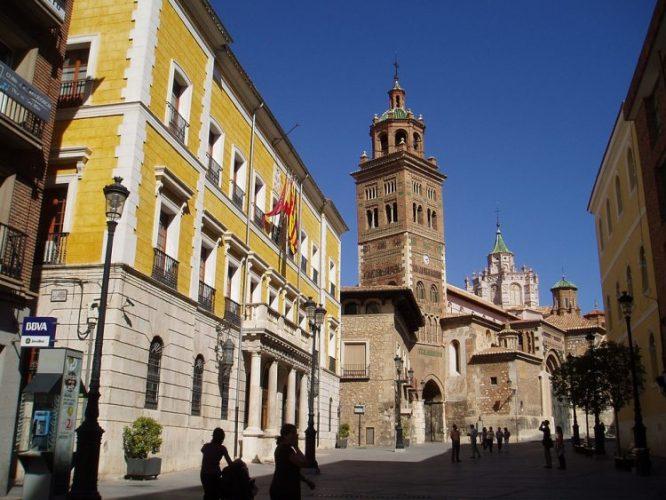 Ayuntamiento_y_Catedral_de_Teruel テルエル市