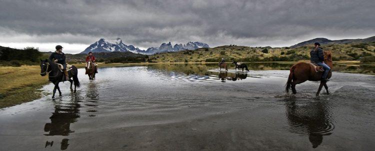 乗馬アクティビティも無料のグラマラスヴォヤージュお勧め、地球の裏側の南米大陸の最南端にパタゴニアの広大な大地がある。フィッツ・ロイがシンボルマークのアウトドアメーカーあの「パタゴニア」運営する地球の最果てホテル「エクスプローラ・パタゴニア」Explora Patagoniaに泊まる旅、パタゴニア旅行の行き方,予算,費用は無料見積もりに自信の名古屋のオーダーメイド専門旅行会社グラージュへ
