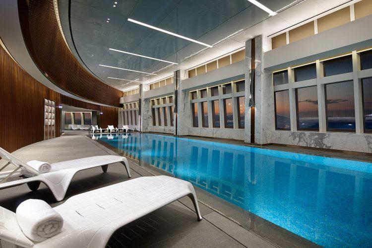 グラマラスヴォヤージュお勧め、韓国ソウルのロッテワードタワーにある世界屈指の5ツ星高層ホテルシグニエル・ソウル(Signiel Seoul)に泊り高層スイミングプールで泳ぐ旅、ソウル旅行の行き方,予算,費用は無料見積もりに自信の名古屋のオーダーメイド専門旅行会社グラージュへ