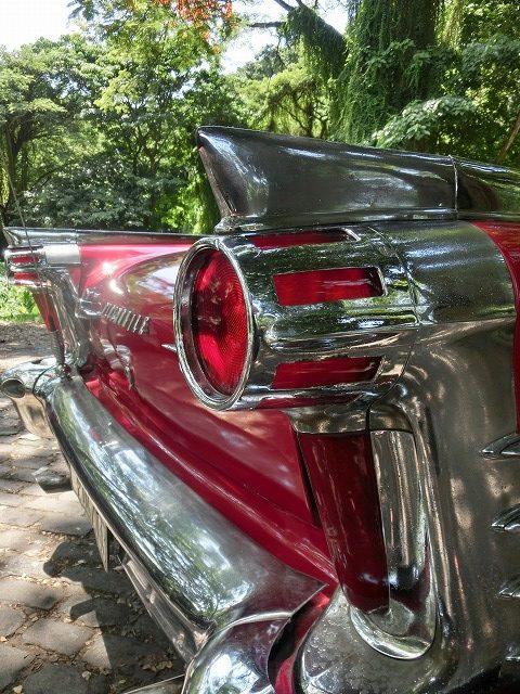 豪華な装飾のアメリカ車の現役クラシックカー