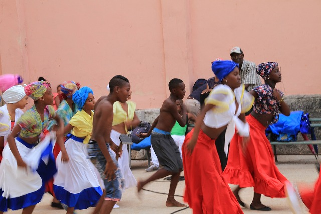 ルンバやサルサを踊るキューバの子供達
