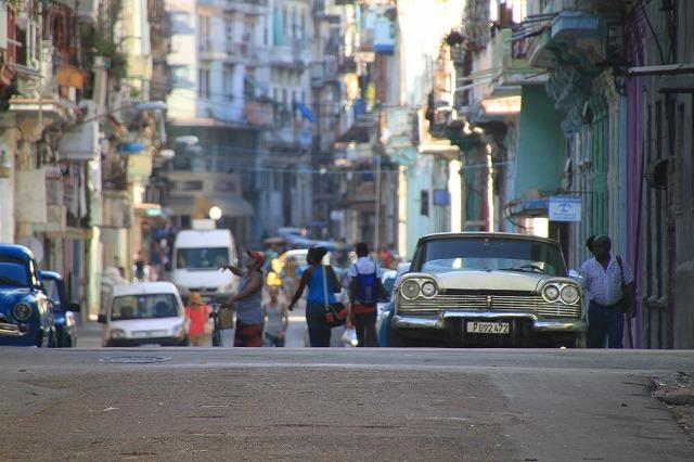 夕暮れで家路を急ぐキューバ人