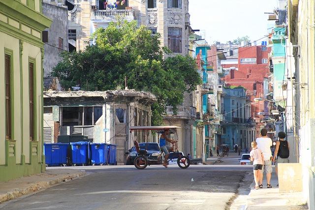 ハバナ市内はタクシー、バス、三輪車といろんな移動手段が