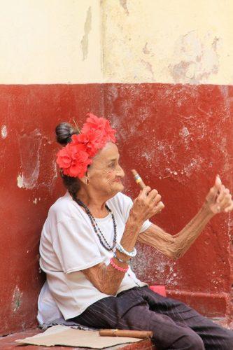 おばあちゃん、おじいちゃんに葉巻が良く似合うしは欠かせない