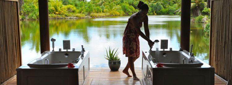 ル タハア アイランド リゾートのスパは絶景の中で施術